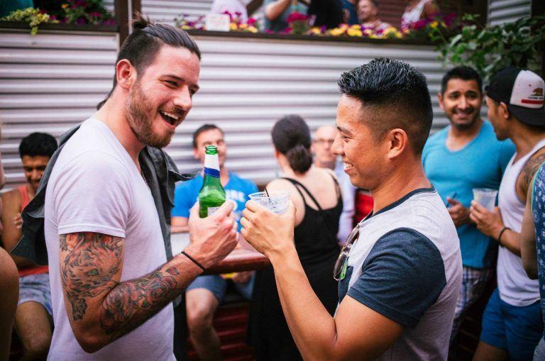 Pride Sidetrack Bar men drinking credit Adam Alexander 768x509 - Illinois - erstaunlich gut, für alle!