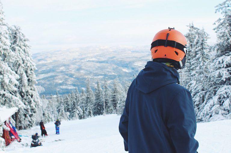 winter schnee snowboarder helm tom on tour 768x509 - Aspen Gay Ski Week - Stolz in den Rocky Mountains
