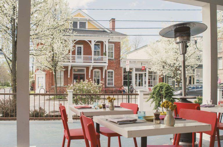 Art Hotel Tivoli - Boutique Hotel in Tivoli, New York - Frühstück auf der Terrasse