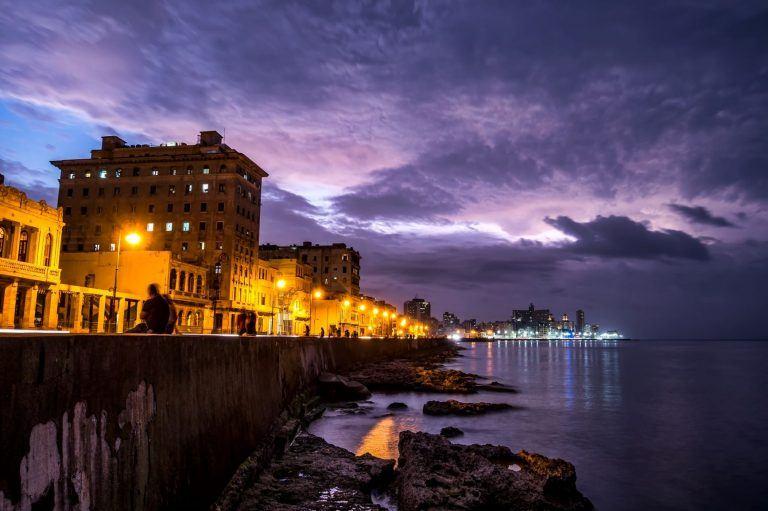 Malecon Kuba nachts 768x511 - Eine Nacht in Havanna