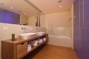 Bergland Hotel Family Suite Bad ©Toni Klocker 300x200 - Bergland Design- und Wellnesshotel, Sölden
