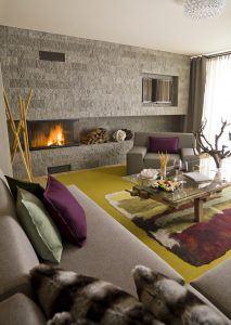 Big livingroom with fireplace at the gipfel suite in the wellness designhotel bergland in soelden oetztal ©Lorke 213x300 - Bergland Design- und Wellnesshotel, Sölden