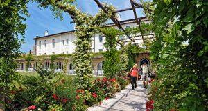 ESTERNO HOTEL CON GIOCATORI 300x161 - Chervò Golf Hotel & Spa San Vigilio, Lombardei