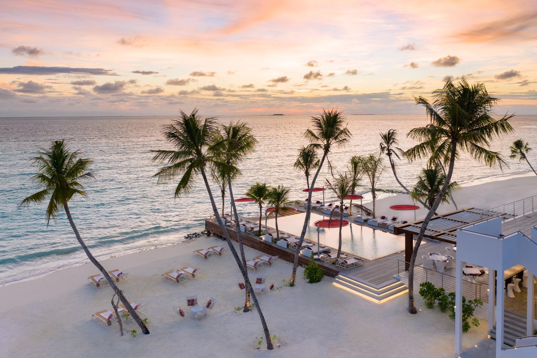LUX NMA BeachRouge sunrise 1862x1242 1 - LUX* North Male Atoll Resort & Villas, Malediven