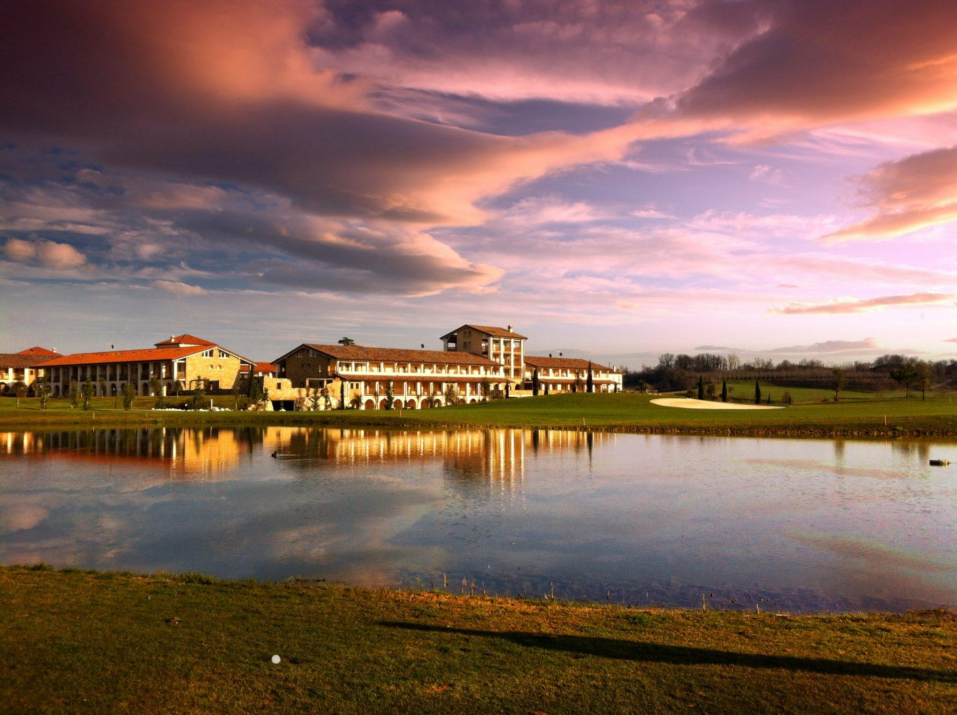 PANORAMICA RESORT TRAMONTO 1920x1434 - Chervò Golf Hotel & Spa San Vigilio, Lombardei