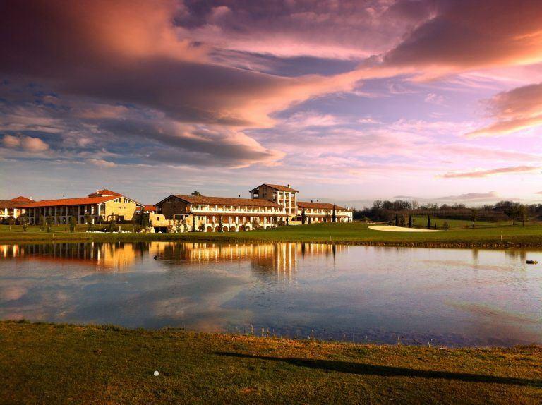 PANORAMICA RESORT TRAMONTO 768x574 - Chervò Golf Hotel & Spa San Vigilio, Lombardei