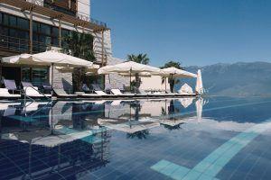 46 Infinity Pool and Building 300x200 - Lefay Resort & SPA Lago di Garda, Gardasee