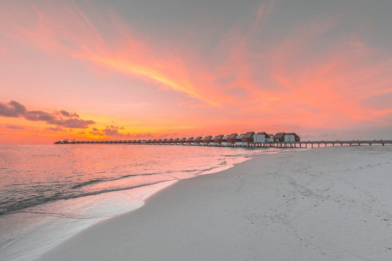 emerald maldives sunset beach 768x512 - Film ab: Popcorn-Idylle unterm Sternehimmel