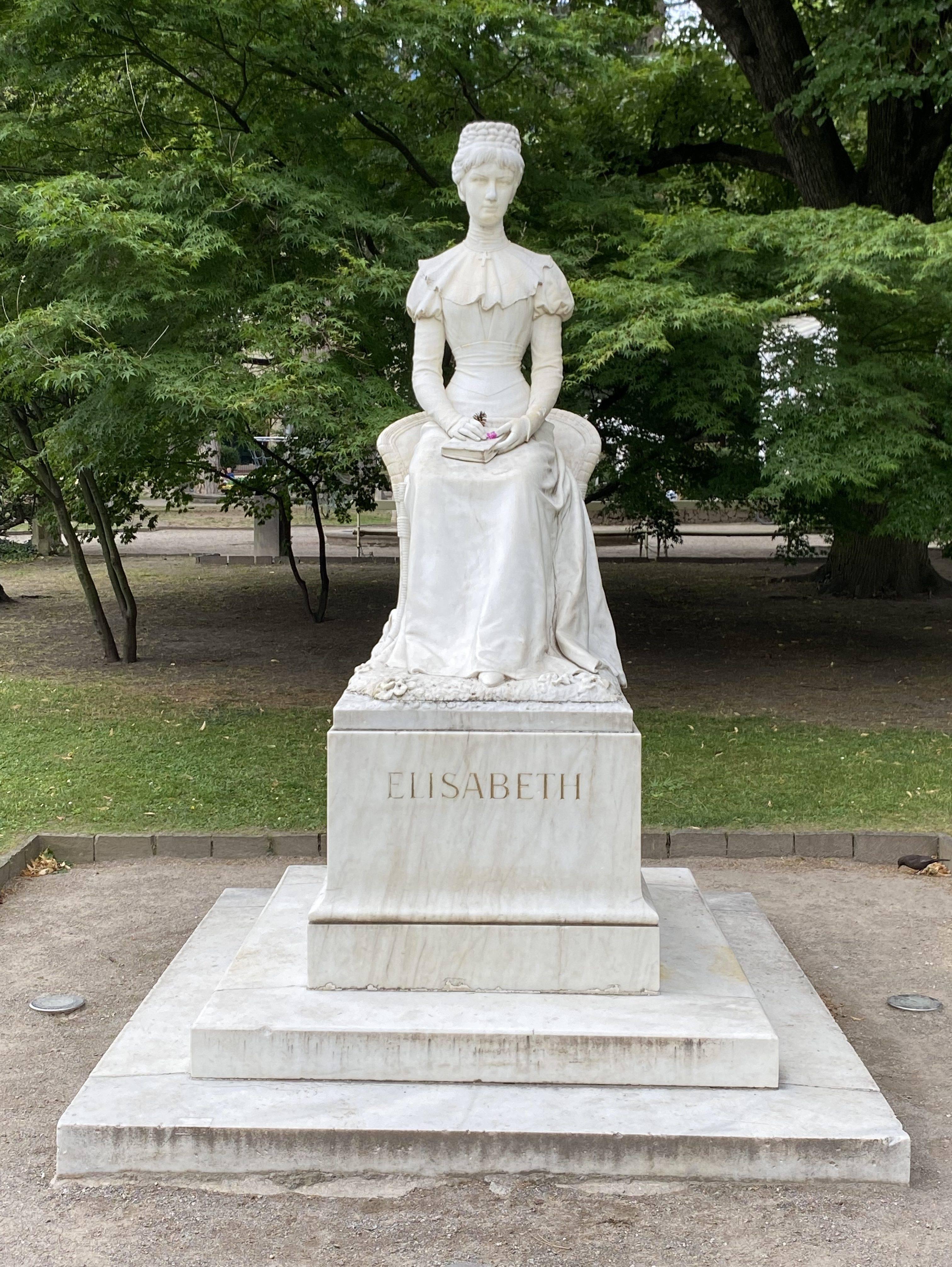 Meran Sissi Denkmal edited scaled - Historischer Villenflair in Südtirol