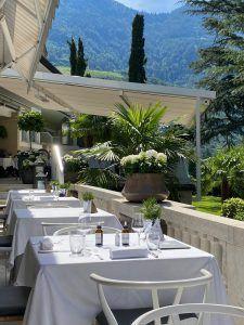Terrasse der Villa Eden mit Berge im Hintergrund