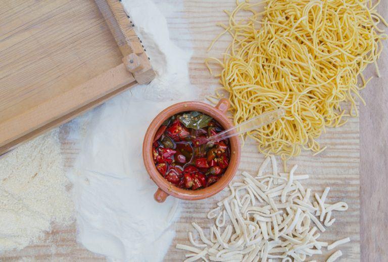 Italienische Nudeln Chilli Oel 768x518 - Italien lockt mit kulinarischen Genüssen