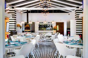 Nayara Springs Restaurant in schwarz weiß